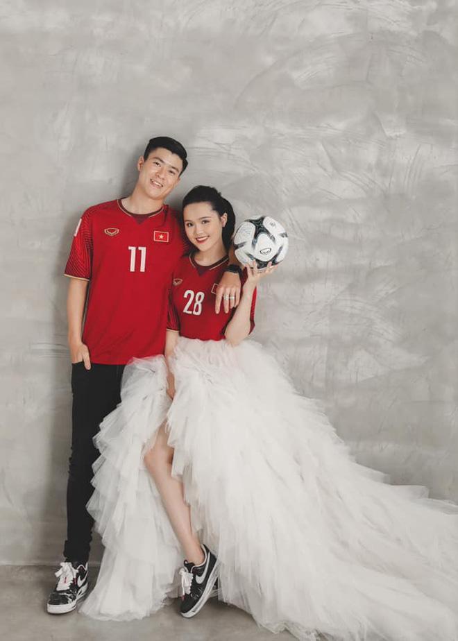 Duy Mạnh  Quỳnh Anh tung ảnh cưới nhắng nhít với áo cầu thủ ảnh 4