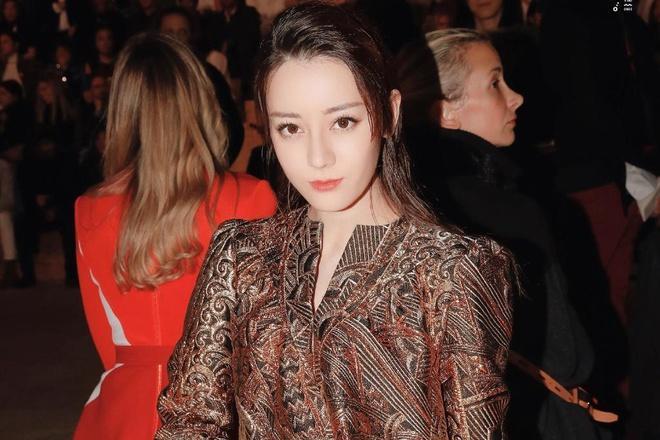 Ngoài Angelababy, Địch Lệ Nhiệt Ba là cái tên gần đây được nhà Louis Vuitton ưu ái cho các dòng sản phẩm quần áo, túi xách dành cho nữ giới. Cô luôn được mời chụp hình và tham gia chiến dịch quảng cáo của hãng