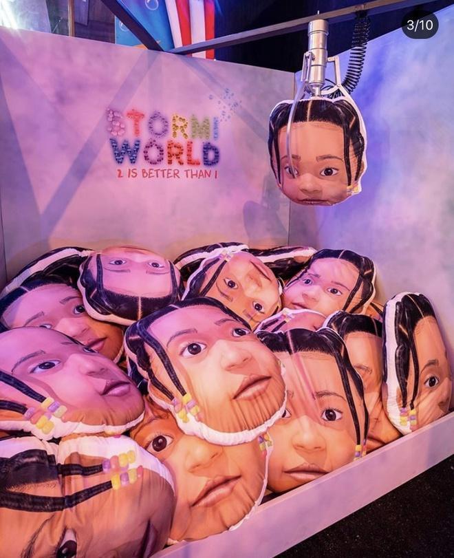 Máy gắp thú bông được lấp đầy bằng các gối nhỏ hình khuôn mặt bé Stormi