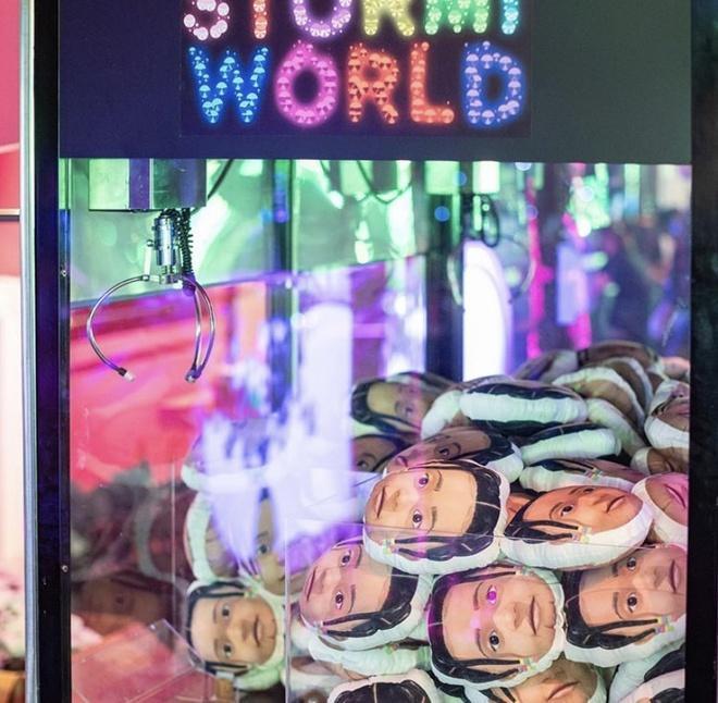 Khuôn mặt của Stormi xuất hiện ở khắp mọi nơi và tên của cô bé có ở trên tất cả các đồ vật trong khu giải trí hoành tráng này