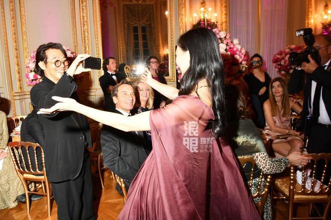 Nụ cười tự tin khiến con gái lớn của Lý Liên Kiệt trở thành tiêu điểm tại prom trong trường ảnh 7