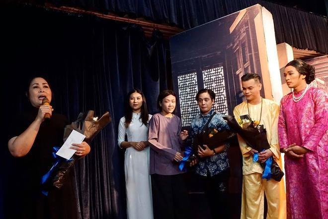 Diễn viên Phương Trang (áo nâu) trong buổi tốt nghiệp tại sân khấu kịch Hồng Vân