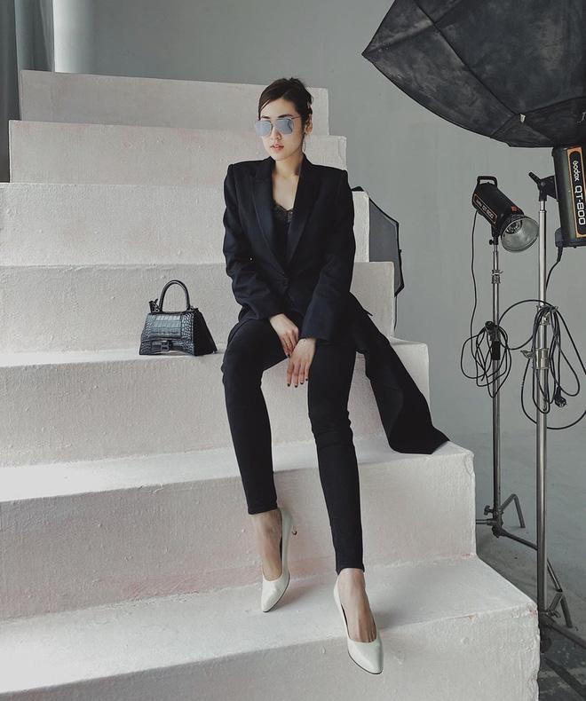 Á hậu Tú Anh chọn nguyên bộ suit đen khoe khéo chiếc túi hiệu Balenciaga mà chồng tặng nhân dịp Valentine