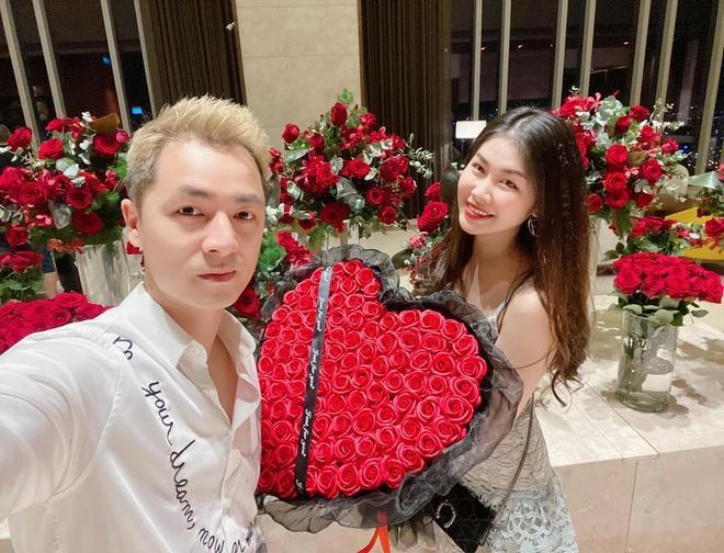 Bà xã Đăng Khôi thì hạnh phúc khoe được nam ca sĩ tặng 99 đóa hồng hình trái tim kèm một món đồ hiệu từ Dior