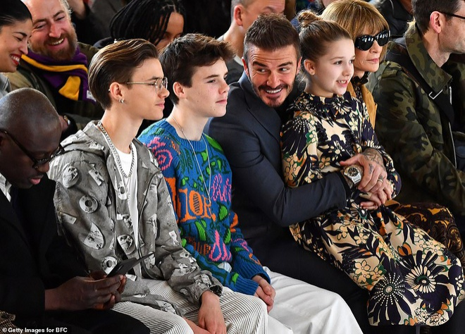 Hai cậu con trai Romeo và Cruz cùng em gái út Harper Beckham đều chọn trang phục bắt mắt với các họa tiết đủ sắc màu tại show diễn của thương hiệu Victoria Beckham thuộc khuôn khổ Tuần lễ thời trang London Thu Đông 2020