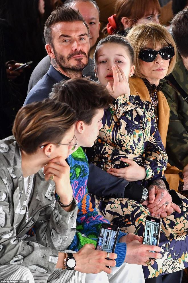 Năm nay, các tín đồ cũng phát hiện thiếu vắng hình bóng của cậu con trai cả Brooklyn Beckham đến xem show thời trang của người mẹ nổi tiếng của mình, ngồi cạnh gia đình là Tổng biên tập tạp chí Vouge – Anna Wintour