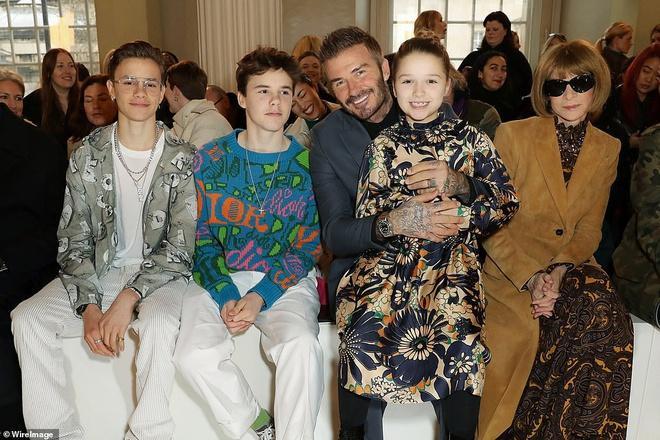Cựu cầu thủ Anh Quốc cùng đàn con đến ủng hộ show thời trang của mẹ Victoria Beckham tại London Fashion Week