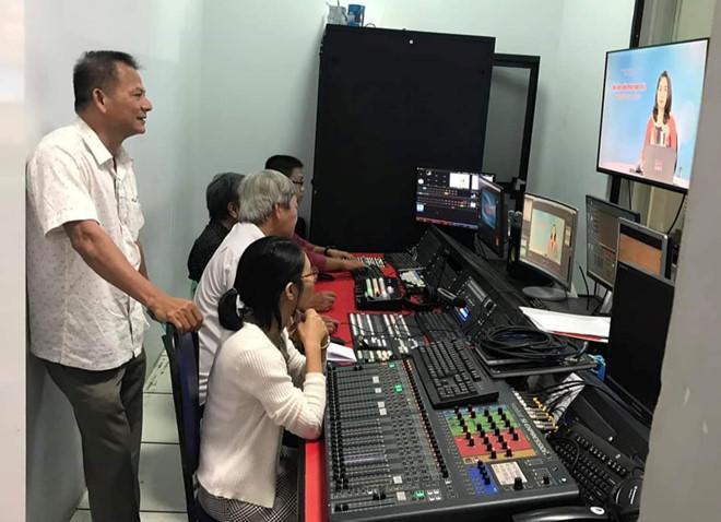 Sở GD-ĐT Đồng Nai cùng đài truyền hình tỉnh này ghi hình nội dung dạy trực tuyến. Ảnh: báo Thanh Niên