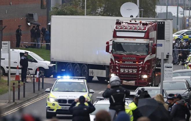 Cảnh sát phong tỏa hiện trường tại khu công nghiệp Waterglade nơi phát hiện 39 thi thể trong thùng container ở Anh để phục vụ điều tra. Ảnh: AP