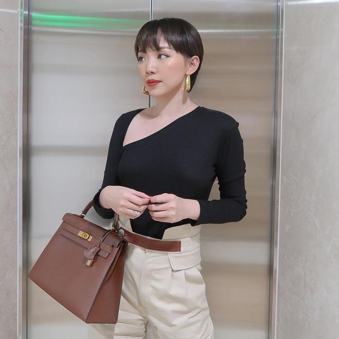 Tóc Tiên xách túi Kelly Bag đến từ thương hiệu xa xỉ Hermes, được biết giá dao động của thiết kế này hơn 300 triệu đồng tương đương 16.000 nghìn đô la Mỹ