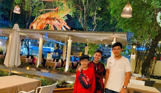 Kim Thư chia sẻ ảnh chụp cùng hai con trai tại nhà hàng mới của cô Kim Thư hiếm hoi khoe ảnh chụp với con trai nay đã cao lớn vượt bậc ở tuổi 13