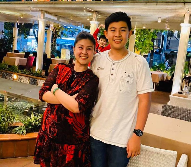 Đây là lần hiếm hoi nữ diễn viên khoe ảnh con trai lên mạng xã hội Kim Thư hiếm hoi khoe ảnh chụp với con trai nay đã cao lớn vượt bậc ở tuổi 13