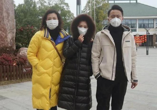 Zixuan Wang (giữa) viết thư thỉnh cầu chính phủ Australia cho phép và giúp đỡ 500 sinh viên Vũ Hán trở lại Australia học tiếp. Ảnh: Australian. 500 sinh viên Vũ Hán xin tự thuê máy bay sang Australia để tiếp tục học tập
