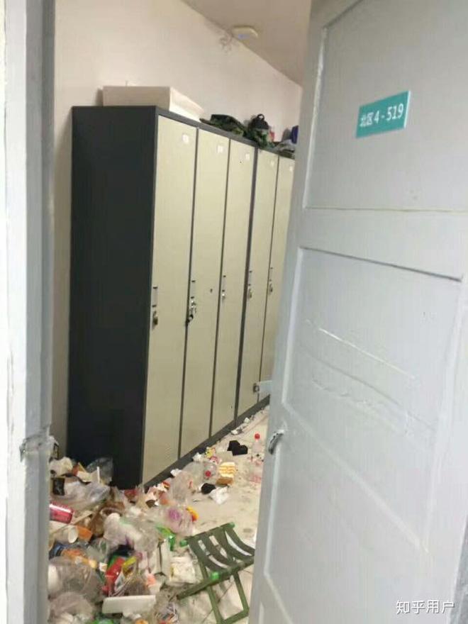 Ai đó đã dời cả bãi rác vào phòng ở thế này?