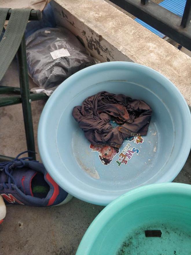 Nam thanh niên để chiếc quần chưa giặt trong chậu ngoài ban công.