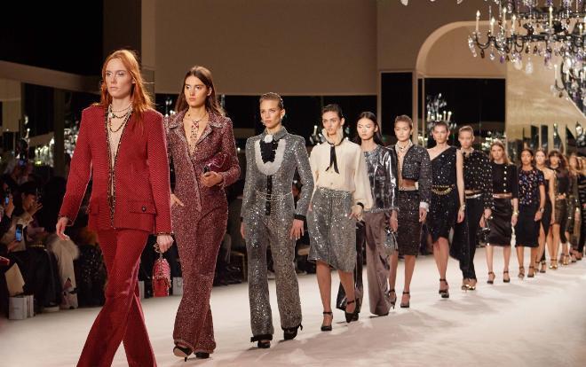 Theo dự kiến, show diễn Métiers d'Art 2020 của Chanel sẽ được tổ chức tại đất nước đông dân nhất nhì thế giới cụ thể là Bắc Kinh (Trung Quốc) vào tháng 5. Thế nhưng giờ đây phải tạm hoãn vì dịch Covid-19