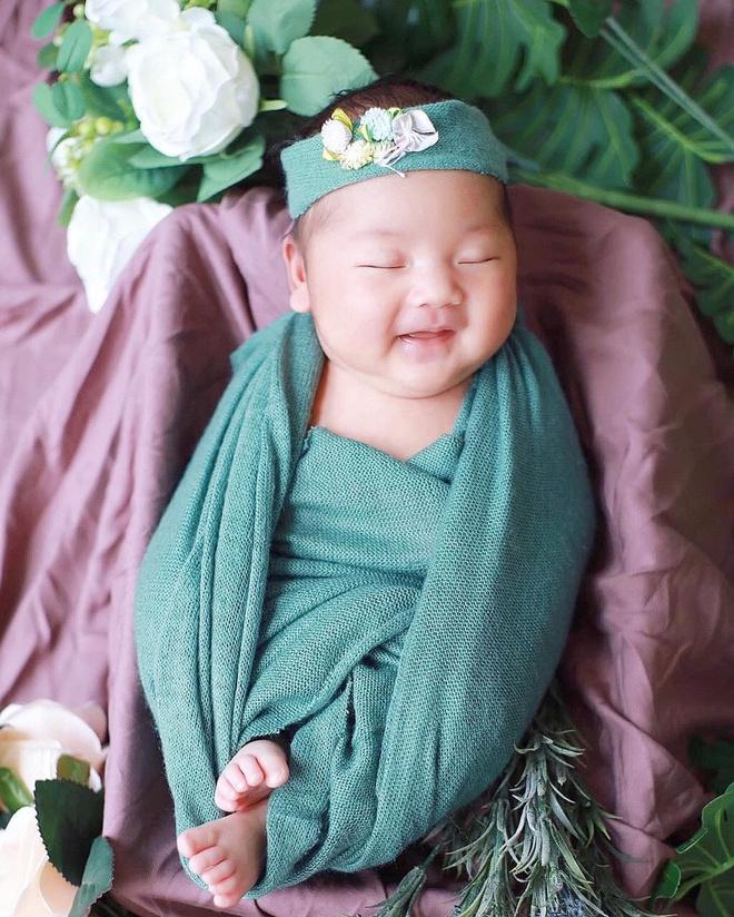 Nam ca sĩ chia sẻ hình ảnh con gái đầu lòng tròn một tháng tuổi trên trang cá nhân