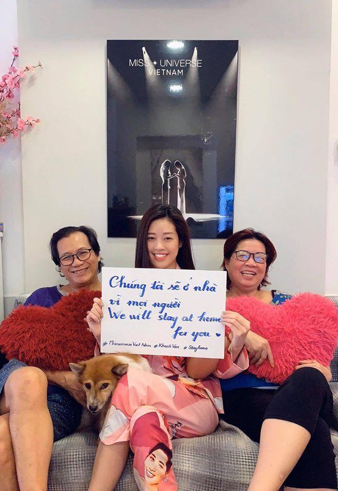 Hoa hậu Khánh Vân đăng ảnh bên bố mẹ, kêu gọi hạn chế việc ra ngoài, tránh tụ tập nơi đông người