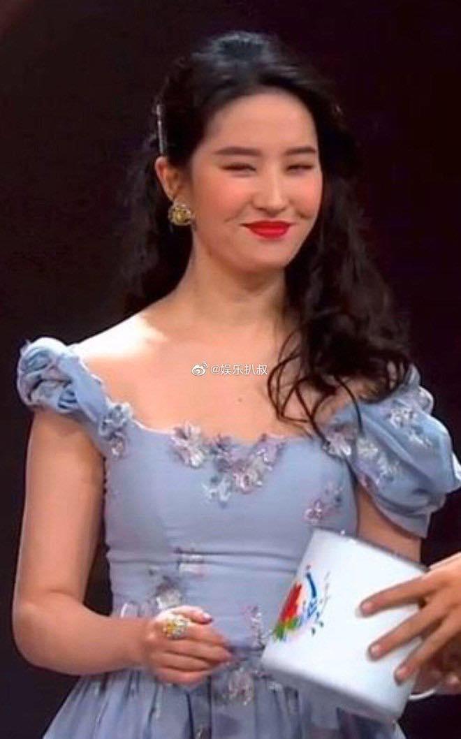 """Lưu Diệc Phi tại """"Đêm hội Weibo""""."""