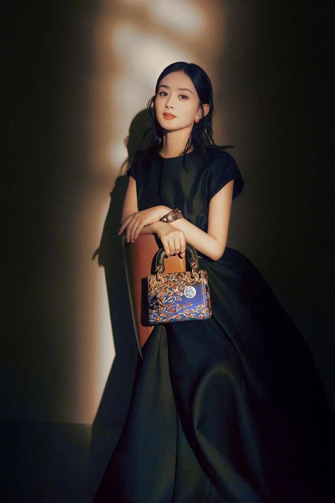 Triệu Lệ Dĩnh khép kín, thanh lịch trong bộ váy đen trơn cùng dòng túi Dior Lady Art, visual của cô nàng giờ đây ngày càng đỉnh cao hơn trước sau bao lần bị chê bai thậm tệ