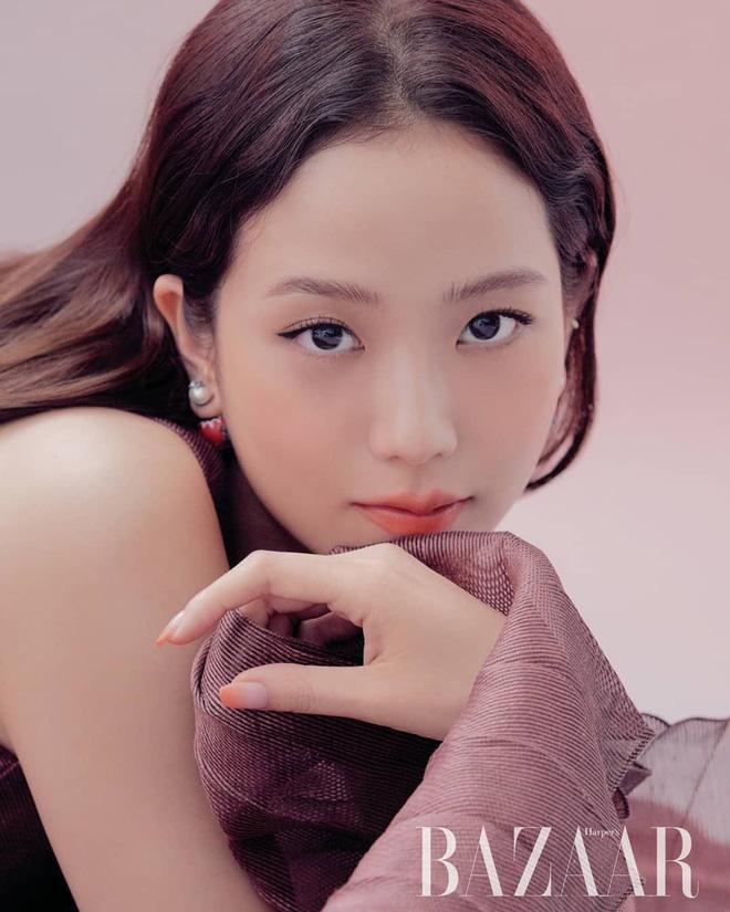 Loạt hình chụp tạp chí sử dụng mỹ phẩm và phụ kiện của hãng thời trang Pháp có sự góp mặt của Jisoo
