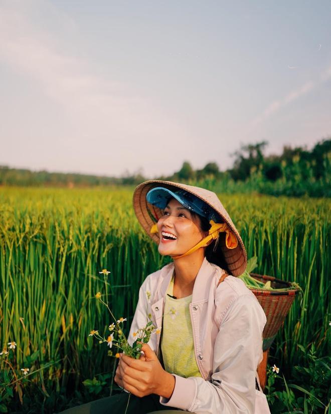 Nàng hậu tâm sự hiện tại dịch ảnh hưởng đến công việc nên cô tạm thời ở quê. H'Hen Niê sẽ trở lại TP.HCM sau khi hết dịch