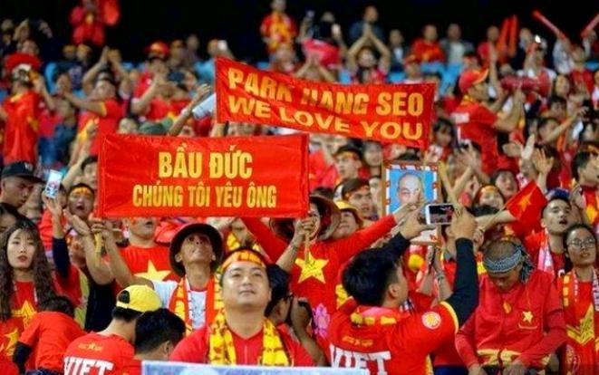 Ngay sau khi U22 Việt Nam giành tấm HCV lịch sử, người hâm mộ đã không quên dành tặng cho bầu Đức lời cảm ơn.