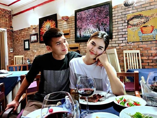 Chuyện tình 2 năm của Ngọc Trinh và trung vệ U21 Việt Nam – Lê Thành Phong đang là một trong những thông tin thu hút sự quan tâm của người hâm mộ. Theo Saostar tìm hiểu, đây là mối tình chị em khi Ngọc Trinh lớn hơn Lê Thành Phong 2 tuổi.