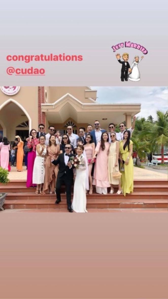 Trong một bức ảnh khác, Phillip Nguyễn và Linh Rin vui vẻ, thân thiết chụp ảnh cùng cô dâu chú rể và các khách mời khác.