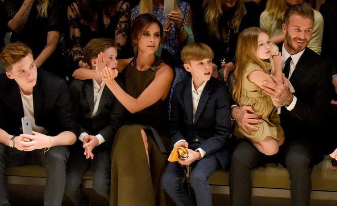 """Bức ảnh """"huyền thoại"""" chụp đông đủ gia đình Beckham trên hàng ghế đầu một show thời trang, bên cạnh những nhân vật quyền lực nhất của lĩnh vực này. Bức ảnh thể hiện hầu như mọi thứ mà người ta mơ ước: nổi tiếng, quyền lực, đẹp và bên cạnh đó là tình yêu, gia đình."""