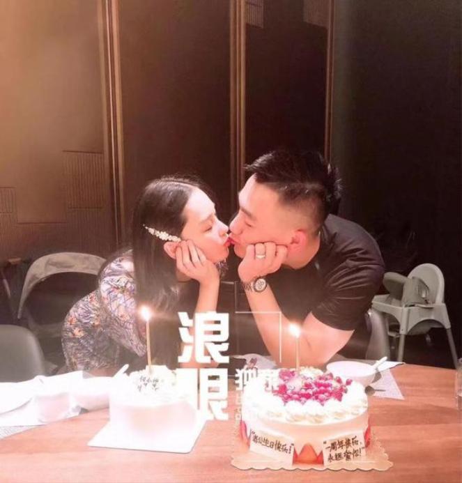 Trong bức ảnh kỉ niệm 1 năm ngày cưới của vợ chồng Trương Hinh Dư cư dân mạng đã tinh mắt để ý thấy có một chiếc ghế ngồi ăn cho trẻ em ở phía sau từ đó càng củng cố thêm cho tin tức nữ diễn viên đã sinh con vào 4 tháng trước
