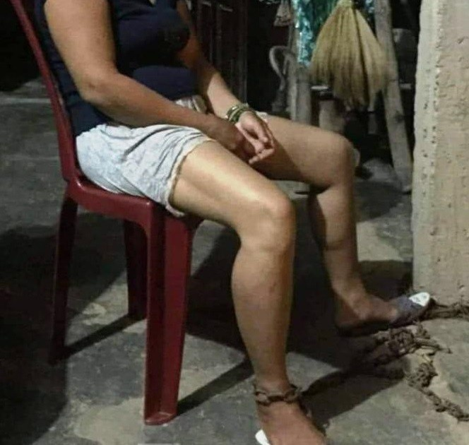 Hình ảnh chị Nguyễn Thị G bị chồng trói bằng xích sắt đăng tải trên mạng xã hội khiến dư luận bức xúc. Ảnh: báo Người Đưa Tin