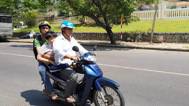 Tiến đi học phải có 2 người đưa đi bằng xe máy. Ảnh: ĐỨC HUY
