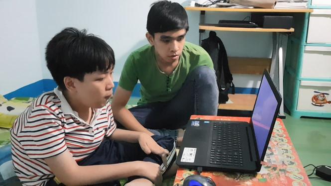 Trịnh Ngọc Tiến bên em trai, người hay giúp đỡ Tiến trong sinh hoạt hằng ngày. Ảnh: ĐỨC HUY