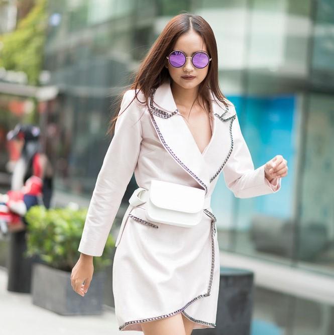 Cùng phụ kiện mắt kính màu sắc, Ngọc Châu đã thu hút sự chú ý của ống kính.
