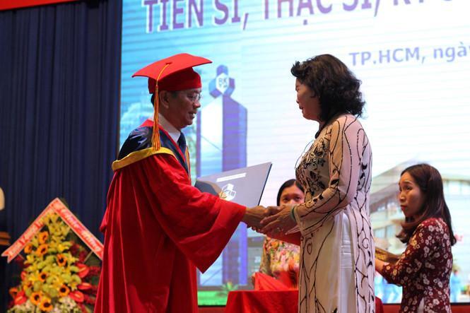 Hiệu trưởng Trường ĐH Bách khoa TP.HCM trao bằng danh dự cho mẹ học viên tử nạn.