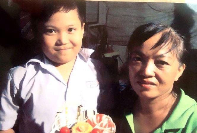 Bé Lê Thanh Khương và mẹ. Ảnh: báo Pháp Luật.