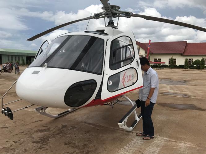 Trực thăng đã đến khu vực các công nhân bị mắc kẹt do vỡ đập. Ảnh Thanh Niên.