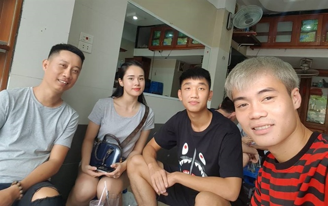 Cặp đôi Trọng Đại – Huyền Trang (ngồi giữa) đi chơi cùng nhau.