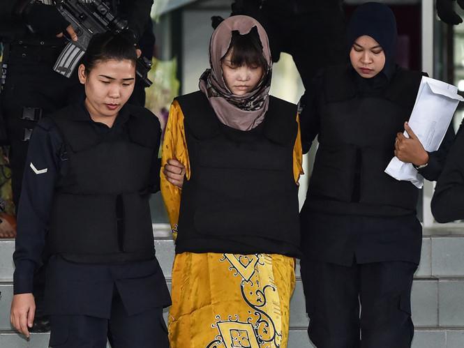 Nghi phạm Đoàn Thị Hương (giữa) được dẫn giải khỏi tòa. Ảnh: AFP