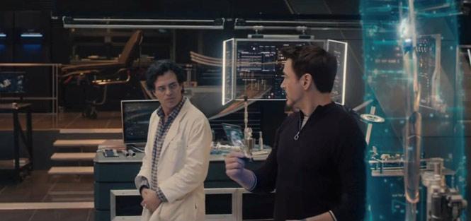 The Avengers: Age of Ultron (2015) - điện thoại trong suốt của Samsung: Trong suốt tập phimThe Avengers: Age of Ultron, điện thoại của đại gia Hàn Quốc xuất hiện khá nhiều. Đặc biệt nhất là chiếc smartphone trong suốt mà Tony Stark sử dụng.