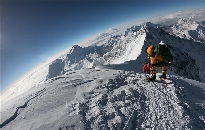 Những người leo núi trong hành trình chinh phục đỉnh Everest. Ảnh: AFP/TTXVN