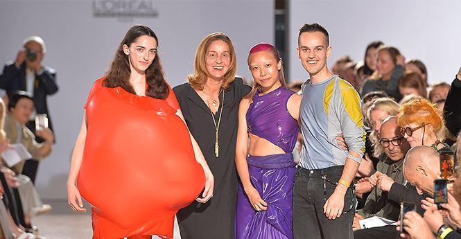 Tư duy sáng tạo của chàng sinh viên Fredrik Tjaerandsen ( ngoài cùng bên phải) đến từ trường Đại học Central Saint Martins đã nhận được bao nhiêu lời khen từ các trang tạp chí và giới mộ điệu thời trang