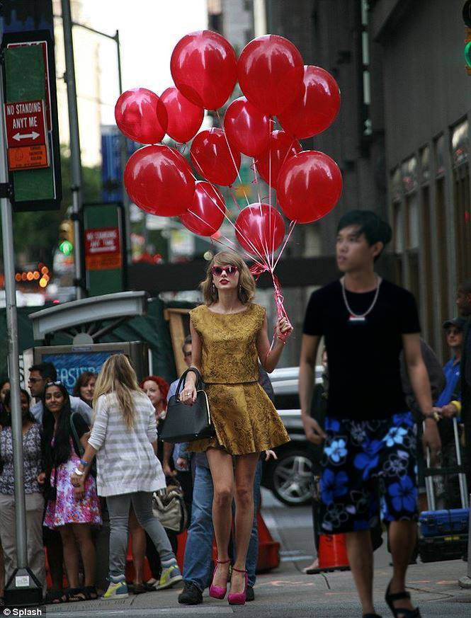 """""""Thánh Photoshop"""" Mai Xuân Huy tái xuất, tung bộ ảnh """"sánh vai"""" cùng Taylor Swift siêu ngầu"""