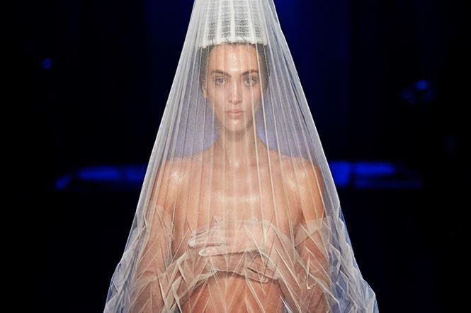 Người mẫu nữ lấy tay che ngực trần tại show Jean Paul Gaultier