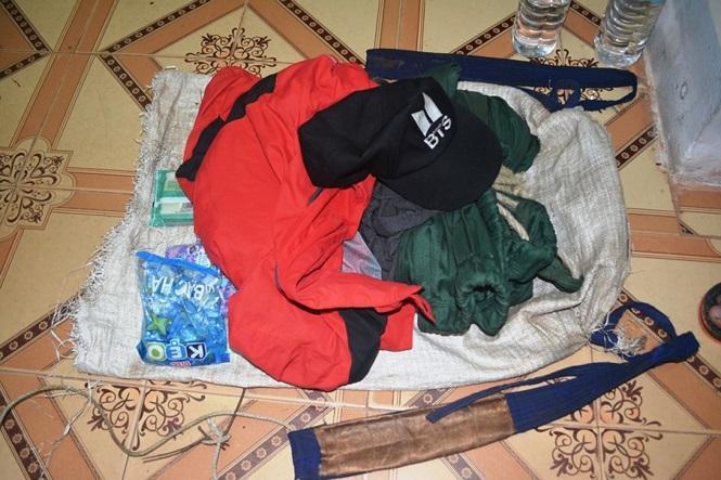 Phát hiện tổ tuần tra, 2 đối tượng vứt lại gần 9000 viên ma túy tổng hợp trốn vào rừng ảnh 1