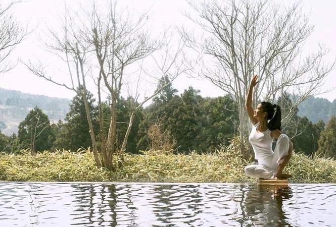 Được biết, Hồng Nhung là một tín đồ của gym và yoga, đây cũng là lí do cô duy trì được nhan sắc, vóc dáng dù đã ở độ tuổi U50.