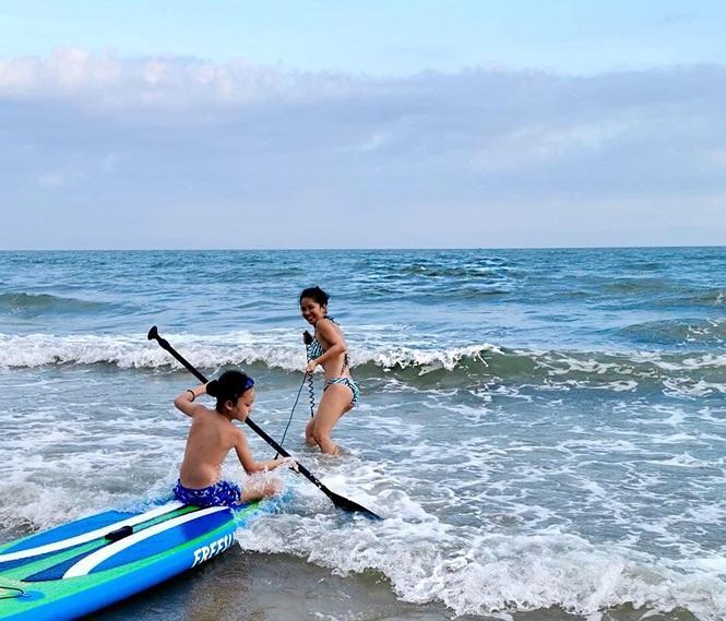 Diện bikini 2 mảnh, Hồng Nhung vui vẻ dạo chơi cùng con trai trên bãi biển.
