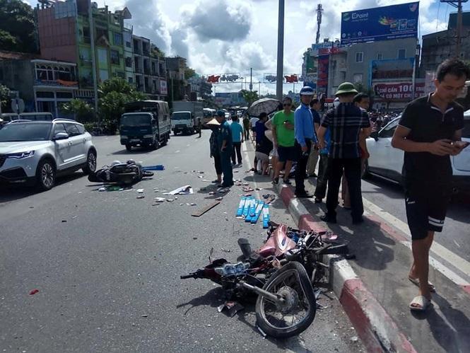 Xe máy biến dạng sau vụ va chạm mạnh, các mảnh vỡ rơi vãi trên đường. Ảnh: Tiền Phong