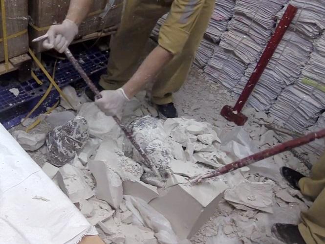 55 khúc sừng tê giác được giấu kỹ trong khối thạch cao. Ảnh: Tiền Phong